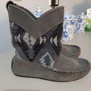 Shoes - Manitobah Mukluks